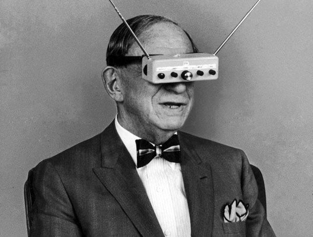 9. Hugo Gernsback y su televisor portátil de 1963.