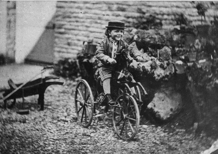 Un niño sobre una bicicleta