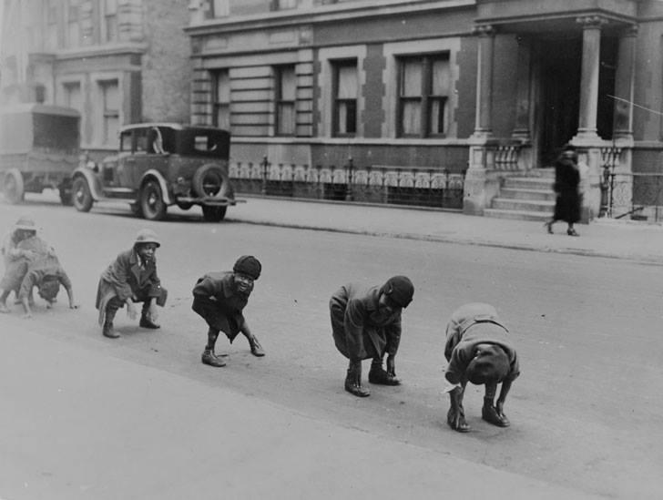 grupo de niños juegan a saltarse por encima