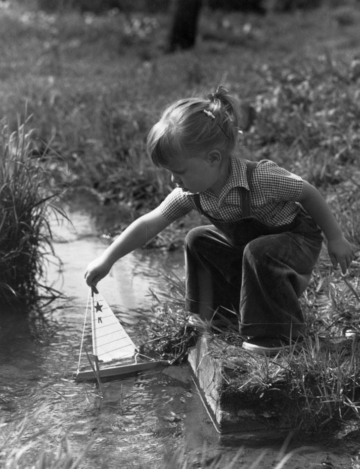 niña juega con su barquito