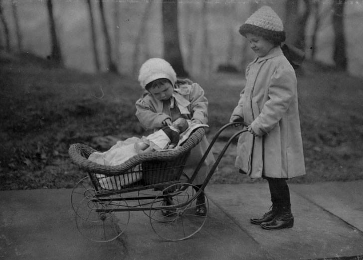 niñas juega con un muñeco
