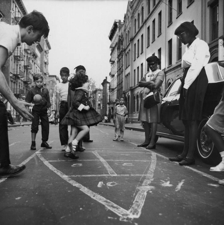 un grupo de niños juega en la calle