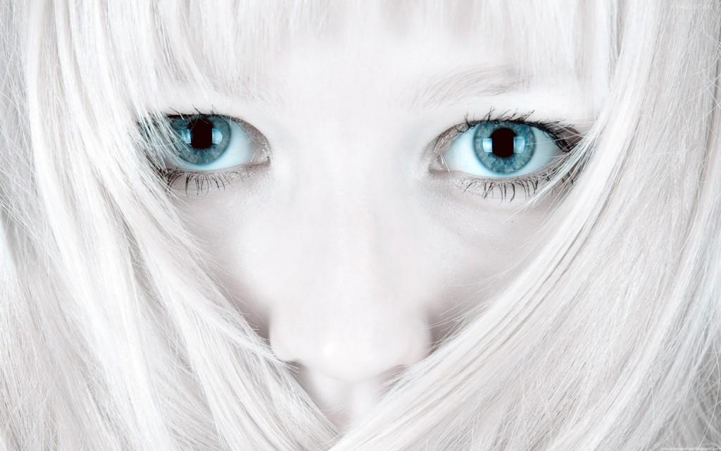 Rostro blanco y negro con ojos a color 2