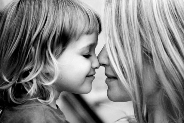 madre e hija blanco y negro
